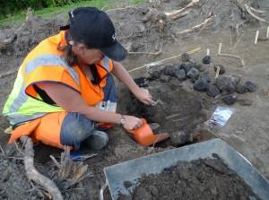Dagens rätt – Får i kol. Malin undersökte en kokgrop som visade sig innehålla eldsprängda stenar, träkol samt skelettdelar från ett lamm!