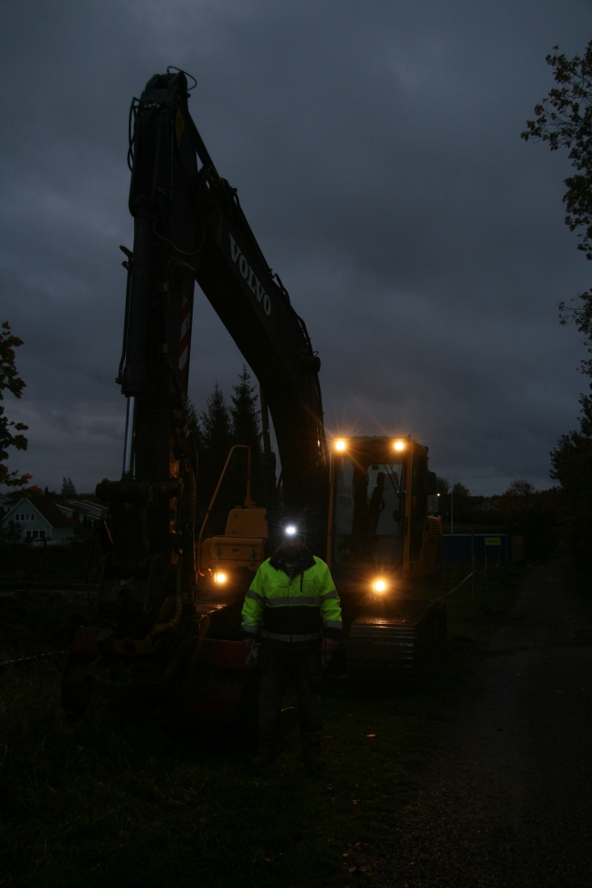 Kan man ha strålkastare på grävmaskinen kan man väl ha det på arkeologerna också?