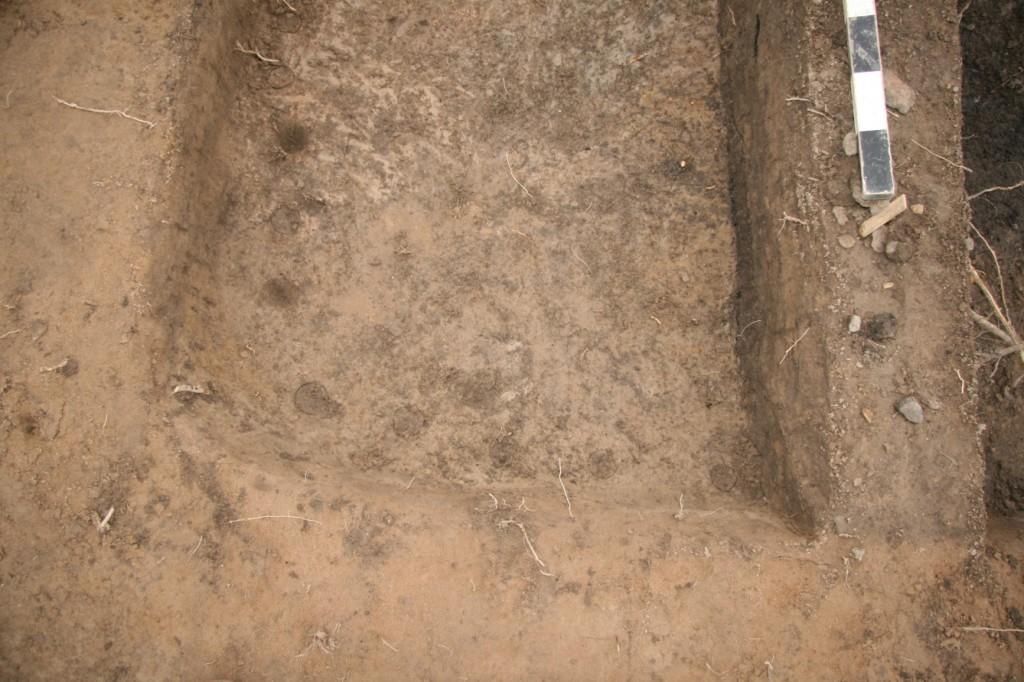 …fanns pinnhål efter väggkonstuktionen utmed gropens kanter.