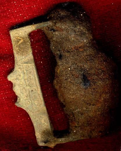 …hittades ett bältespänne av det lite ovanligare slaget. Det ser inte ut som ett vikingatida spänne. Kan det vara från tidig medeltid? Tips om paralleller emottages tacksamt.