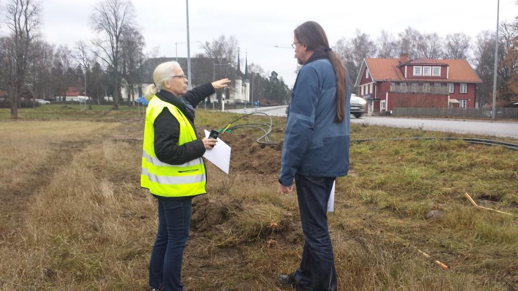 Tina Fors (Lst) och Jonas Wikborg (SAU) diskuterar läget för de påträffade skeletten