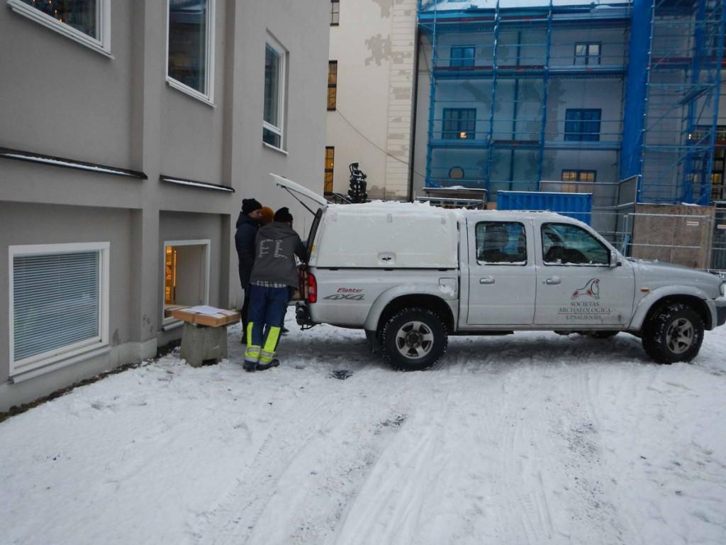 Mazdan fylls med backarna. Fredrik Thölin åker iväg till Örebro för att överlämna julklappen.