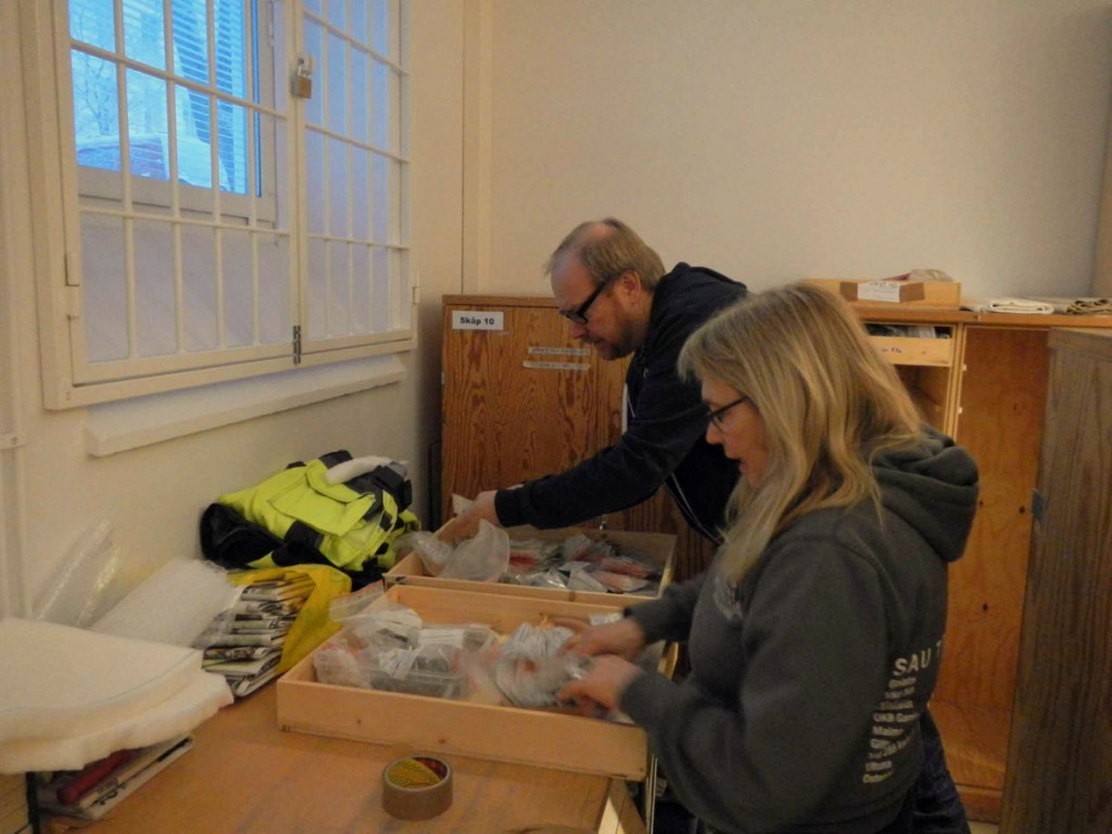 Ulf Celin har sett över fyndlistor och ordnat upp i backarna. Kerstin Westrin hjälper till att packa allt säkert inför färden.
