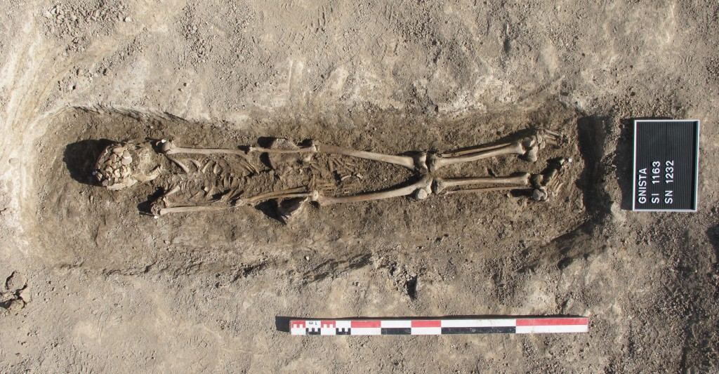 Kvinna, sannolikt begravd i svepning. Foto: SAU / Upplandsmuseet.