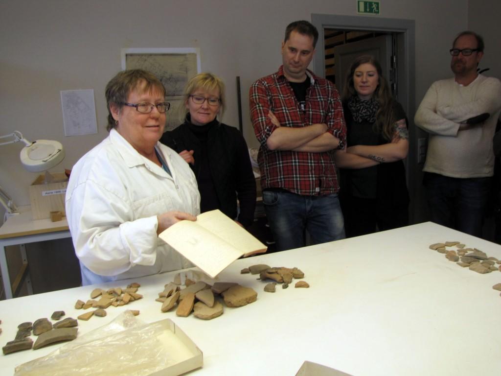 Det är inte bara föremålen som är värda att bevara. Gullög med fältdagbok från Asine som nu digitaliseras och fotograferas. Den grävningen var ett tidigt samarbete på 1920-talet mellan antikforskare och arkeologer då Otto Frödin hjälpte till med fältarbetet.