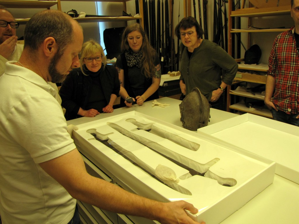 John Worley visar svärd som hittats vid Islandsfallet, Fyrisån i centrala Uppsala
