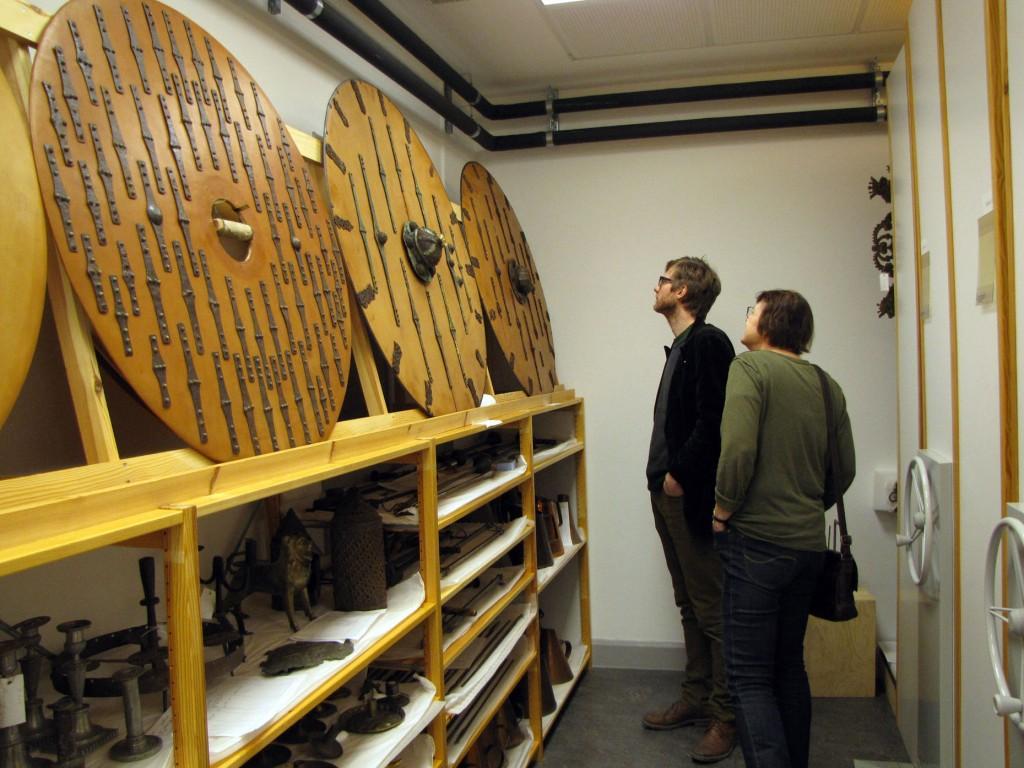 Jonas och Ann beundrar sköldbeslag från de vendeltida gravarna i Valsgärde