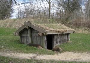 Så här kan grophusen ha sett ut. Rekonstruktionen är från Moesgaard i Danmark. Foto: Jonas Wikborg.