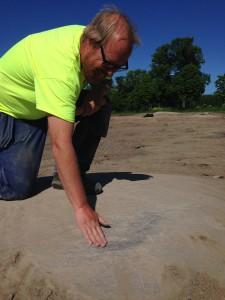 När piassavakvasten gjort sitt, upptäcktes en yta på berghällen som kanske fungerat som bryne.
