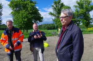 Arkeologen Björn Ambrosiani, till höger i bild, har varit och hälsat på. Till vänster står Nils Odén som är stadsträdgårdsmästare i Upplands Väsby.