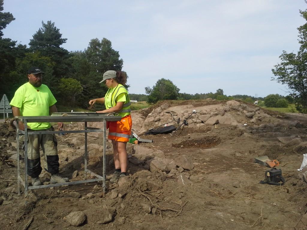 Fredrik Thölin och Jennie Andersson sållar jorden för att hitta fynd och ben. Foto: Niklas Stenbäck, SAU