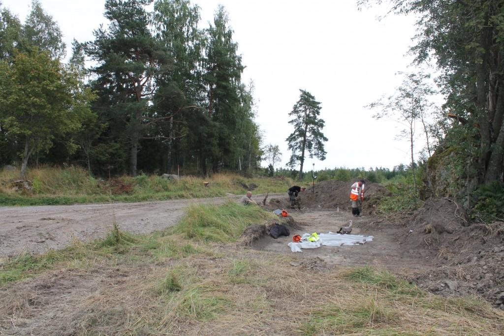 Emelie Svenman och Fredrik Thölin gräver anläggningar. Mattias Ahlbeck övervakar.