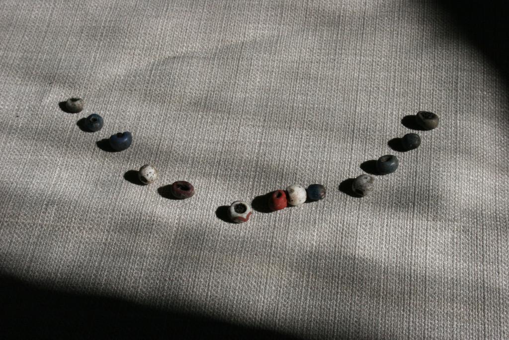 Pärlorna i Sannas grav. Ett helt halsband...? Foto: Susanna Eklund