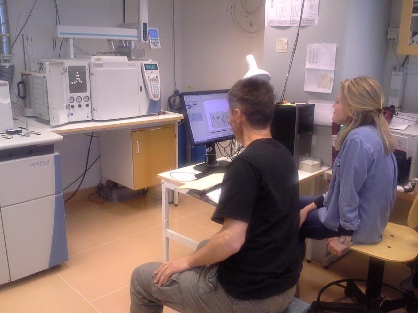Sven och Vasiliki studerar sina resultat.