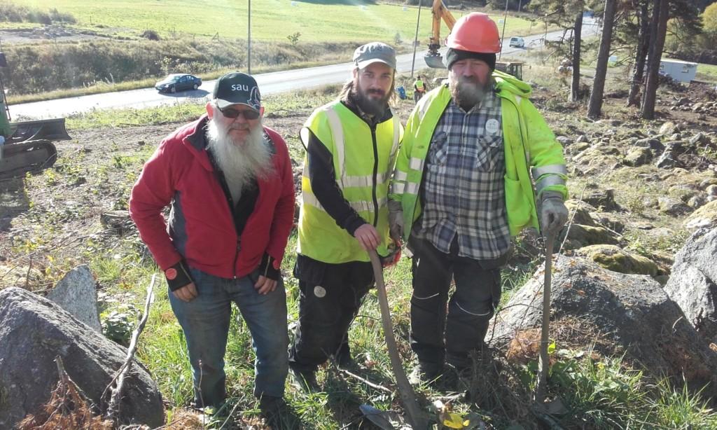 Schaktningsnestorn Pedor Jansson tillsammans med arkeologerna Peter Berg och Fredrik Thölin