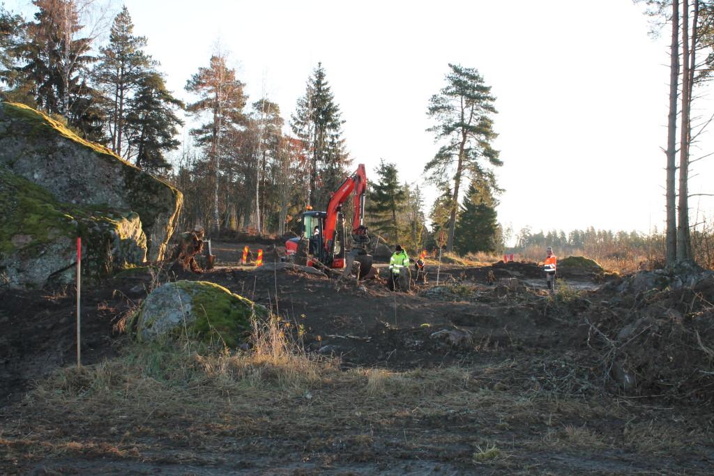 Mattias schaktar fram skärvstenslager i skogen. Foto: Ann Lindkvist.