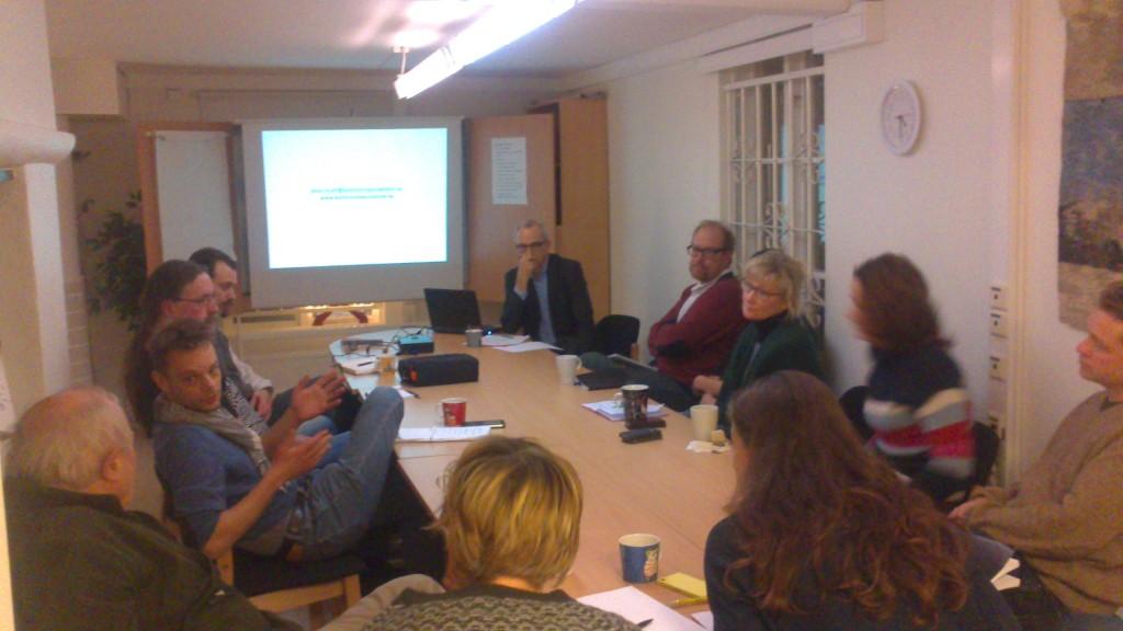 John Ljungkvist diskuterar med Bo Gräslund i kretsen av engagerade åhörare.
