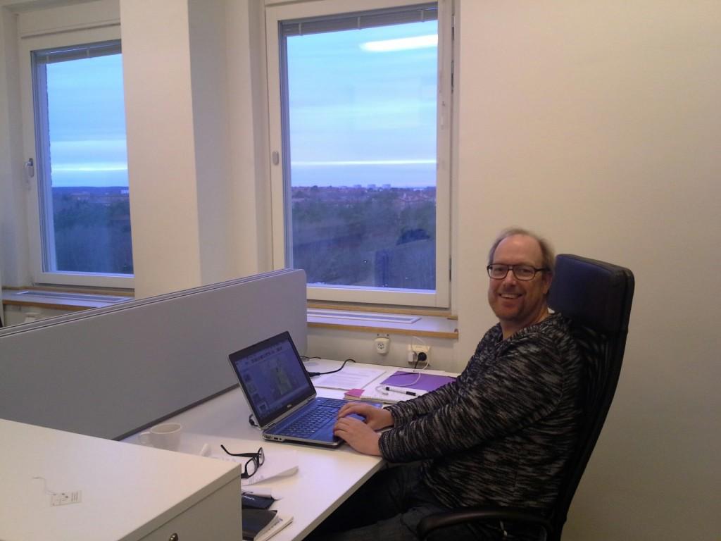Ulf tycks njuta av utsikten från Stockholmskontoret….