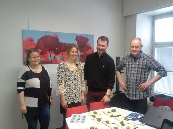 Jenni Lucenius och Torbjörn Brorsson (i mitten) tittar på kamkeramiska skärvor tillsammans med Mirva Pääkkönen och Henrik Asplund från Åbo universitet. Foto Niklas Stenbäck.