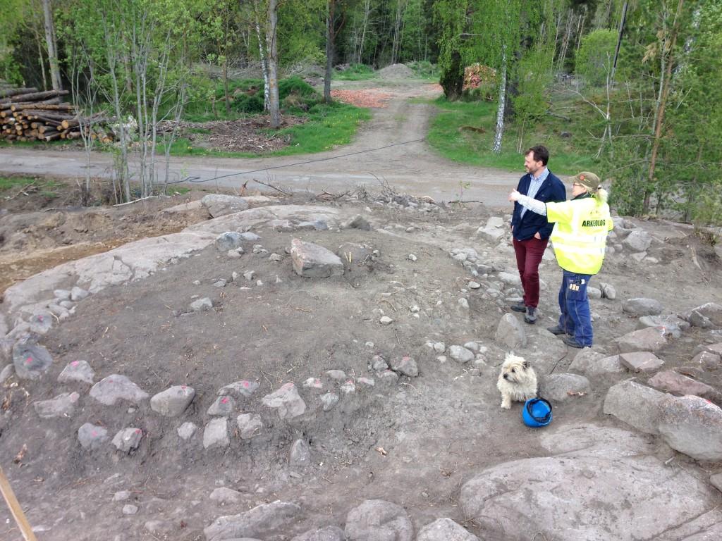 Arkeologen Helena Hulth, keramikexperten Torbjörn Björnsson och benexperten Musse inspekterar en av de fina gravarna i Alunda.