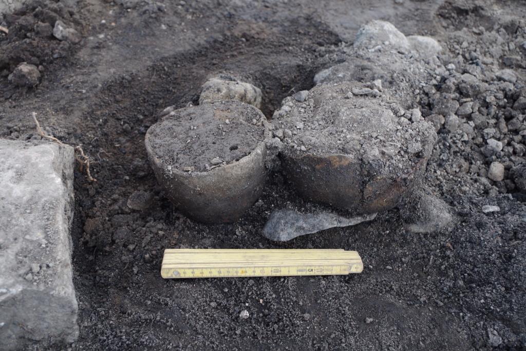 Dessa båda kärl hittades in situ när ett av brandlagren i Kelthögen undersöktes. Godset är mycket tunt, men kärlen kunde ändå tas upp i preparat för vidare undersökning. Bägge kärlen innehåller brända ben.